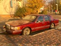 Kiev, Ucrania - 6 de noviembre de 2018: Rojo viejo Lincoln aparcamiento en la ciudad foto de archivo libre de regalías