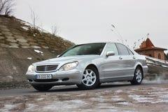 Kiev, Ucrania - 22 de noviembre de 2018: S-clase de Mercedes-Benz en invierno contra la perspectiva de casas imagen de archivo libre de regalías