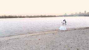 KIEV, KIEV, UCRANIA - 18 DE NOVIEMBRE DE 2018: Vista aérea del terraplén del río de Dnieper en Kiev, boda del invierno newlywed almacen de video
