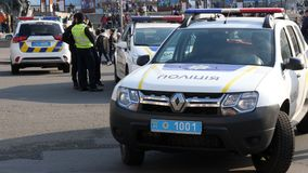 KIEV, UCRANIA - 28 de octubre de 2018 Coche policía y policías en la calle durante la manifestación almacen de video