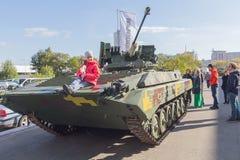 Kiev, Ucrania - 14 de octubre de 2016: Modelos de la opinión de los visitantes de armas en la exposición Fotografía de archivo