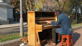 KIEV, UCRANIA - 28 de octubre de 2018 El músico de la calle juega el piano metrajes