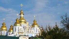 KIEV, UCRANIA - 28 de octubre de 2018 La catedral de San Miguel ortodoxo en Kiev Día asoleado del otoño almacen de metraje de vídeo