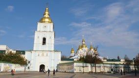 KIEV, UCRANIA - 28 de octubre de 2018 La catedral de San Miguel ortodoxo Vistas de Kiev almacen de video