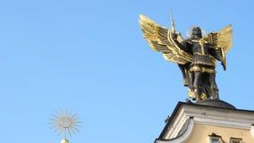 KIEV, UCRANIA - 28 de octubre de 2018 Monumento al arcángel Michael, el símbolo de Kiev almacen de video