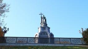 Kiev, Ucrania - 22 de octubre de 2018 Monumento a St Vladimir el grande almacen de metraje de vídeo