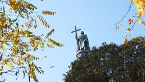 Kiev, Ucrania - 22 de octubre de 2018 Monumento a Vladimir el grande Otoño almacen de video