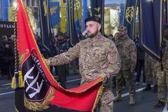 Kiev, Ucrania - 14 de octubre de 2017: Representantes de partidos nacionalistas y de organizaciones con las banderas Fotografía de archivo