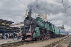 Kiev, Ucrania - 14 de octubre de 2017: Salida de una locomotora retra con símbolos soviéticos de la estación Imagen de archivo