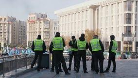 KIEV, UCRANIA - 28 de octubre de 2018 Un grupo de policías ucranianos está mirando la demostración que pasa en la calle metrajes