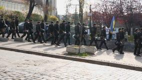 KIEV, UCRANIA - 28 de octubre de 2018 Una columna de los policías ucranianos que caminan abajo de la calle almacen de video