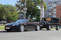 Kiev, Ucrania; 20 de septiembre de 2014, Aston Martin DBS V12 Volante y Mercedes G55 AMG cabriolet fotografía de archivo