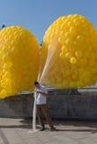 Kiev, Ucrania - 20 de septiembre de 2015: Hombre que sostiene los globos antes de correr Fotos de archivo libres de regalías