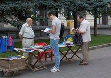 Kiev, Ucrania - 19 de septiembre de 2015: Los hombres eligen el literat patriótico Foto de archivo