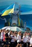 KIEV, UCRANIA - 26 de septiembre de 2015: Marzo en vyshyvankas en Kiev céntrica Foto de archivo libre de regalías