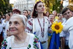 KIEV, UCRANIA - 26 de septiembre de 2015: Marzo en vyshyvankas en Kiev céntrica Fotografía de archivo libre de regalías