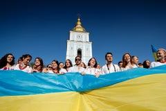 KIEV, UCRANIA - 26 de septiembre de 2015: Marzo en vyshyvankas en Kiev céntrica Foto de archivo