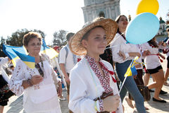 KIEV, UCRANIA - 26 de septiembre de 2015: Marzo en vyshyvankas en Kiev céntrica Imágenes de archivo libres de regalías