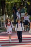 Kiev, Ucrania - 1 de septiembre de 2015: Niños en traje nacional Imagenes de archivo