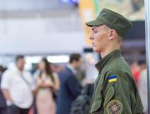 Kiev, Ucrania - 22 de septiembre de 2015: Soldado joven del Guardia Nacional Fotos de archivo libres de regalías