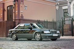 Kiev, Ucrania 6 de septiembre de 2013 Lobo de Mercedes E500 W124 en el fondo de casas viejas hermosas fotos de archivo