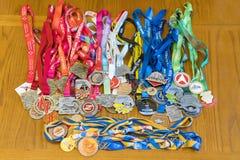 Kiev, Ucrania 2 de septiembre de 2018 muchas diversas medallas de los deportes Medallas para el medio maratón, el maratón y otras imágenes de archivo libres de regalías