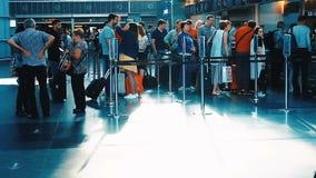 KIEV, UCRANIA - 6 DE SEPTIEMBRE DE 2018: pasajeros que hacen cola para subir almacen de metraje de vídeo
