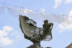 KIEV, UCRANIA - 23 de septiembre de 2015: Radar soviético viejo de la defensa aérea en la ciudad de Kiev escudo de armas Ucrania Imagen de archivo libre de regalías