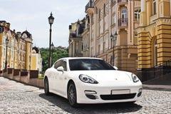 Kiev, Ucrania, el 25 de junio de 2015; Porsche Panamera 4S fotografía de archivo