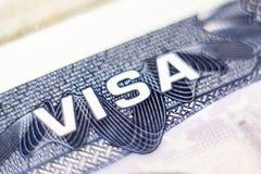 KIEV, UCRANIA - FEBRERO DE 2019: cercano para arriba de jefe de la visa de los E.E.U.U. en pasaporte fotos de archivo libres de regalías