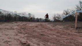 Kiev/Ucrania - febrero, 24 2019 tazas de Kiev Cyclocross Montar a caballo del ciclista en arena C?mara lenta metrajes