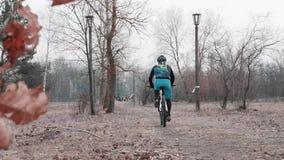 Kiev/Ucrania - febrero, 24 2019 tazas del campo a través XC de Kiev Montar a caballo del ciclista de la cámara Tiro trasero almacen de video