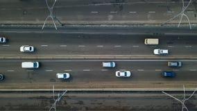 Kiev, Ucrania - Febrero 02,2018: Vista aérea del tráfico de automóvil del camino de muchos coches, concepto del transporte Imágenes de archivo libres de regalías