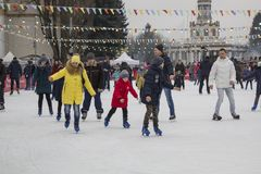 Kiev Ucrania - 01 01 2018: gente feliz que patina en la pista en las vacaciones de invierno fotografía de archivo libre de regalías