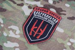 KIEV, UCRANIA - julio, 08, 2015 Chevron del ucraniano se ofrece voluntariamente al cuerpo Imagen de archivo