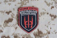 KIEV, UCRANIA - julio, 08, 2015 Chevron del ucraniano se ofrece voluntariamente al cuerpo Imagenes de archivo