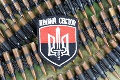 KIEV, UCRANIA - julio, 08, 2015 Chevron del ucraniano se ofrece voluntariamente al cuerpo Imagen de archivo libre de regalías