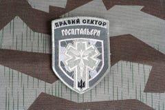 KIEV, UCRANIA - julio, 08, 2015 Chevron del ucraniano se ofrece voluntariamente al cuerpo con las palabras Foto de archivo libre de regalías