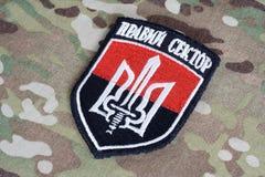 KIEV, UCRANIA - julio, 08, 2015 Chevron del ucraniano se ofrece voluntariamente al cuerpo con las palabras Imágenes de archivo libres de regalías