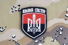 KIEV, UCRANIA - julio, 08, 2015 Chevron del ucraniano se ofrece voluntariamente al cuerpo con las palabras Fotografía de archivo libre de regalías