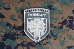KIEV, UCRANIA - julio, 08, 2015 Chevron del ucraniano se ofrece voluntariamente al cuerpo con las palabras Fotografía de archivo