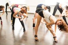 kiev ucrania 06 20 2018 Las muchachas estiran sus piernas en las fracturas en las lecciones de danza imágenes de archivo libres de regalías
