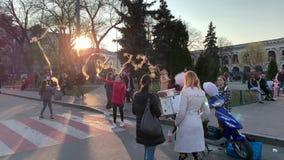 Kiev, Ucrania - marzo de 2019: Día de fiesta en la ciudad Cuadrado de ciudad Niños felices alegres que cogen el caramelo de algod metrajes