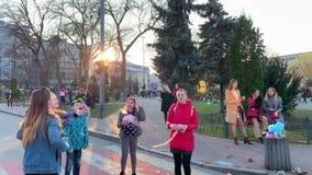 Kiev, Ucrania - marzo de 2019: Día de fiesta en la ciudad Cuadrado de ciudad Niños felices alegres que cogen el caramelo de algod almacen de metraje de vídeo
