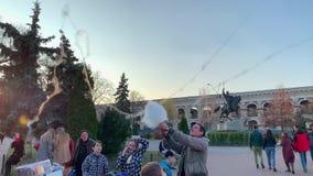 KIEV, UCRANIA - MARZO DE 2019 KIEV, UCRANIA - MARZO DE 2019: Día de fiesta en la ciudad El hombre feliz joven coge el caramelo de almacen de video