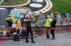 KIEV, UCRANIA - octubre, 22, 2014: Las adolescencias se fotografían en la memoria del callejón de ésos matados en el golpe Foto de archivo libre de regalías