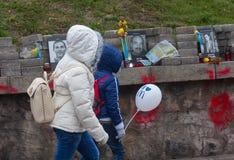 KIEV, UCRANIA - octubre, 23, 2014: Vivo y muerto Niños en Fotografía de archivo