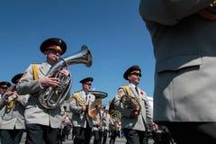 KIEV, UCRANIA - pueda 09, 2015: Las bandas militares marchan en el día del 70.o aniversario de la victoria sobre nazismo en Kiev Imagen de archivo libre de regalías