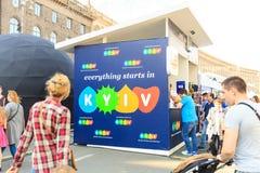 Kiev, Ucrania - pueden 6, 2017 Preparaciones para la Eurovisión 2017 en Khreshchatyk Libertad, música kiev ucrania Imagenes de archivo