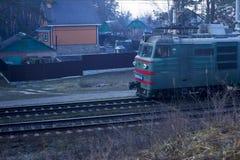 kiev Ucrania 03 16 2019 que conduce a lo largo del tren de carga forestrailway con los carros foto de archivo